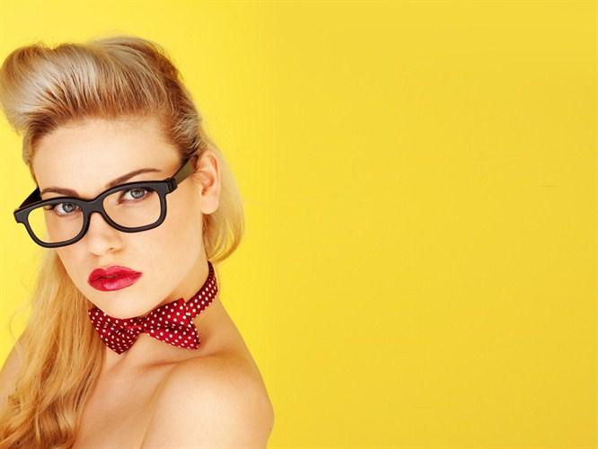 Gözlüklü Kadınlar Nasıl Makyaj Yapmalı?