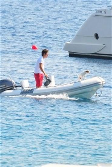 Ünlü şovmen köpeğine özel bot gönderdi