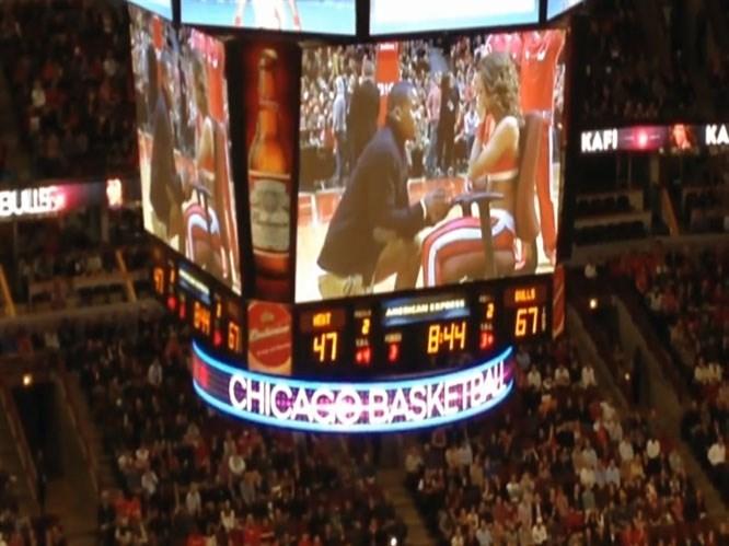 NBA maçında pon pon kıza sürpriz evlenme teklifi
