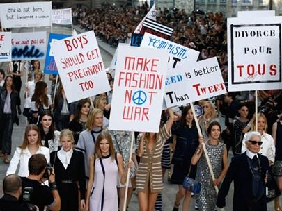 Chanel Defilesinde Protesto