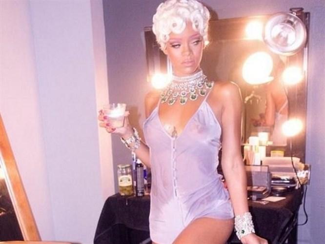 Pembe kaşlı Rihanna