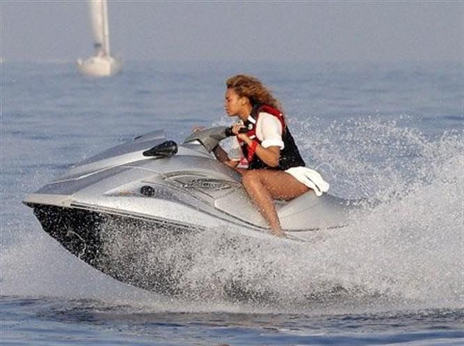 Beyonce'nin jet-ski keyfi