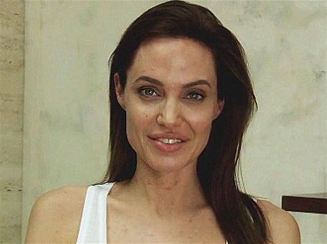 Angelina Jolie Su Çiceği Oldu