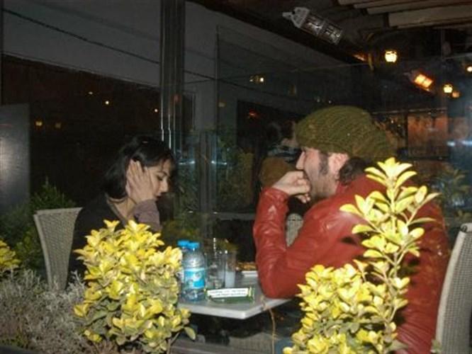 Halil Sezai sevgilisini güllere boğdu!