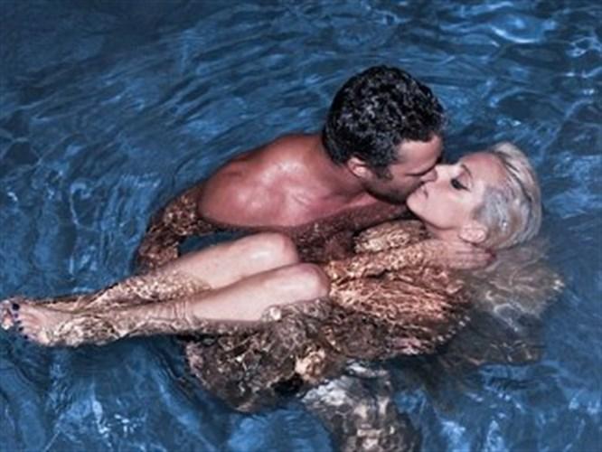 Lady GaGa голышом развлекалась в бассейне с парнем.