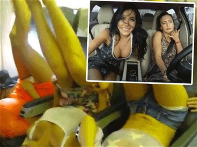 Seksi kızlar şimdi de uçakta (Video)