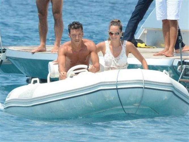 Mesut Özil ve sevgilisi Mandy Capristo
