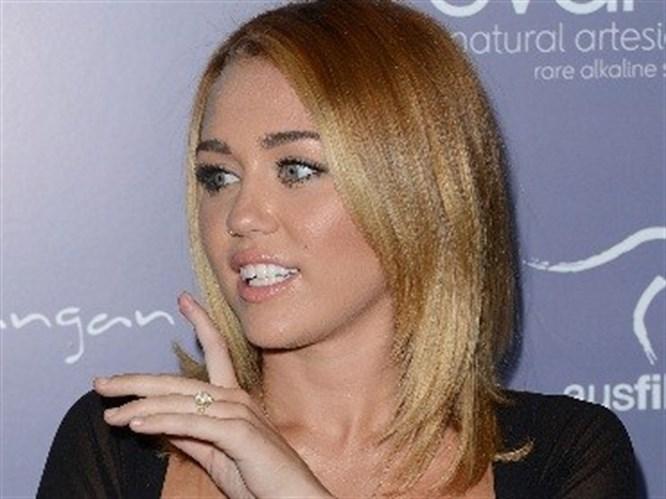 Miley Cyrus ödül törenine seksi elbisesiyle katıldı!