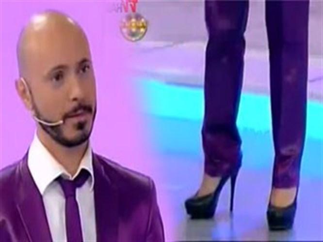 Bu topuklu ayakkabı ile sahneye çıktı (VİDEO)