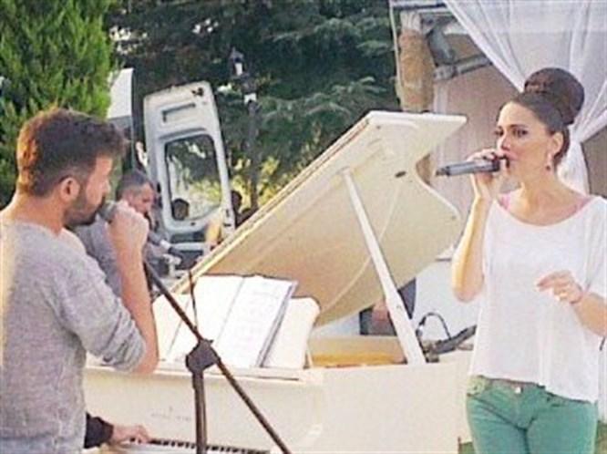 Düğünde şarkı söyledi