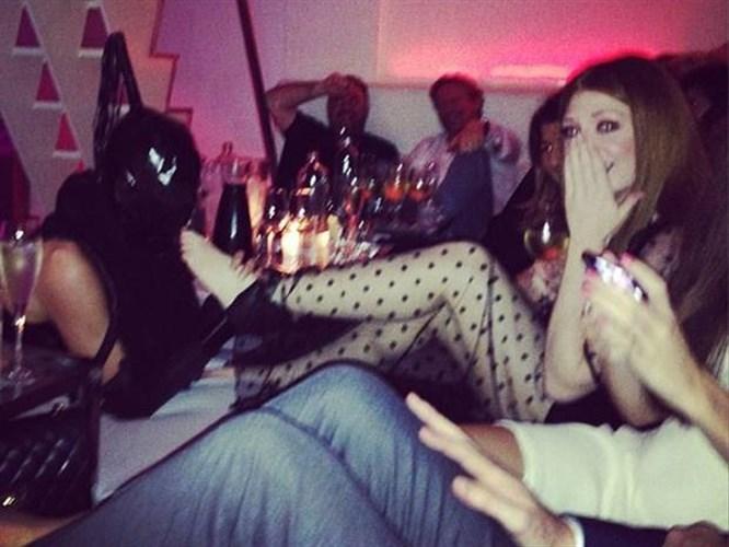 Gece kulübünde ayak parmaklarını emdirdi