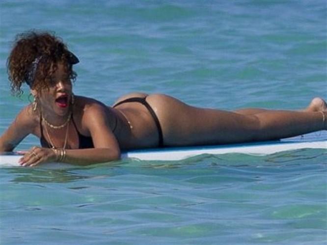 Rihanna'nın seksi sörf keyfi