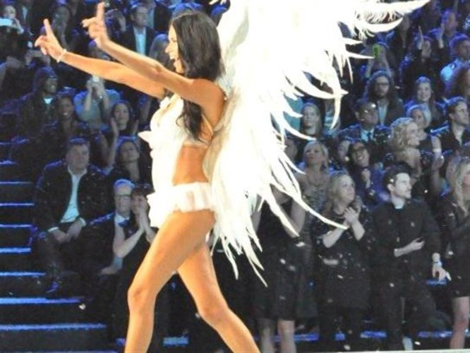 Victoria Secret kızlarından yeni yıl öncesinde nefes kesen şov!