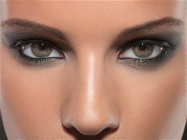 Mavi gözleri ve saç rengi