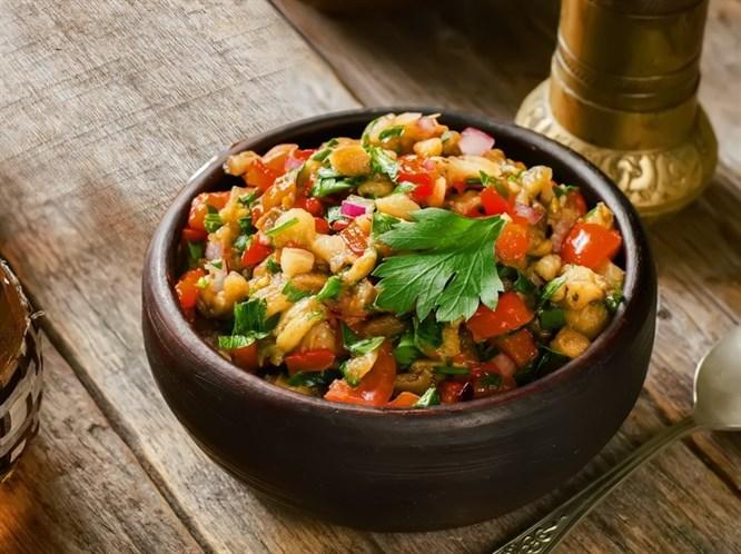 Közlenmiş Kırmızı Biberli Çiftlik Salatası