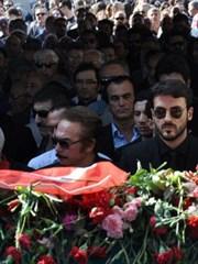 Oya Aydoğan'ın Cenazesinde Selfie Çılgınlığı