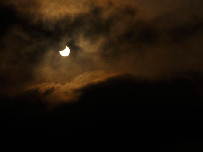 Başak Burcunda Gergin Güneş Tutulması