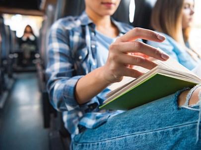 Yolculukta Bir Yazı Okurken Midemiz Neden Bulanır?